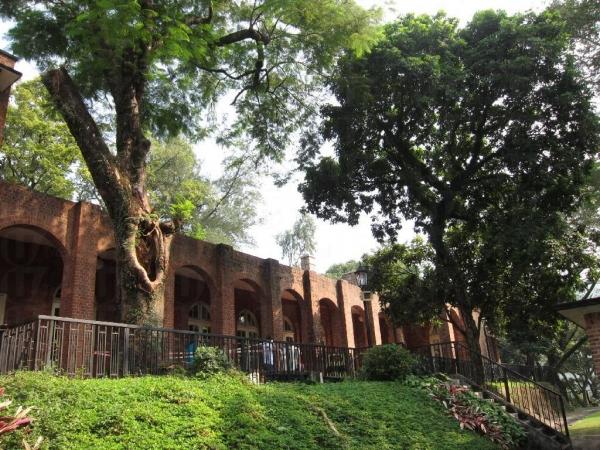 理民府的建築以紅磚及花崗石砌成主要結構。