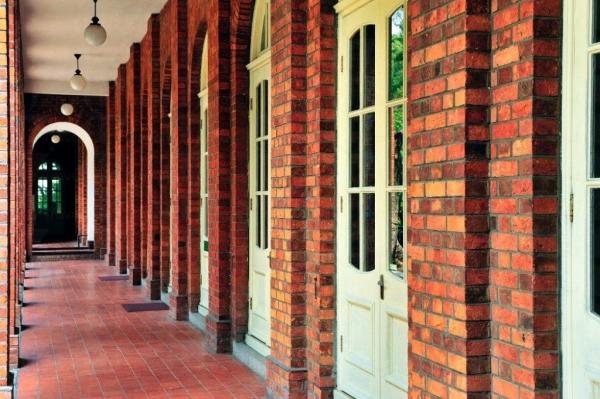 寬敞的磚柱游廊及拱形門窗是愛德華時期的建築特色。