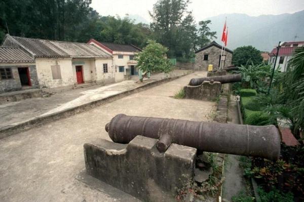 炮台上昂然立著六杖大炮,時至今日仍氣勢逼人。