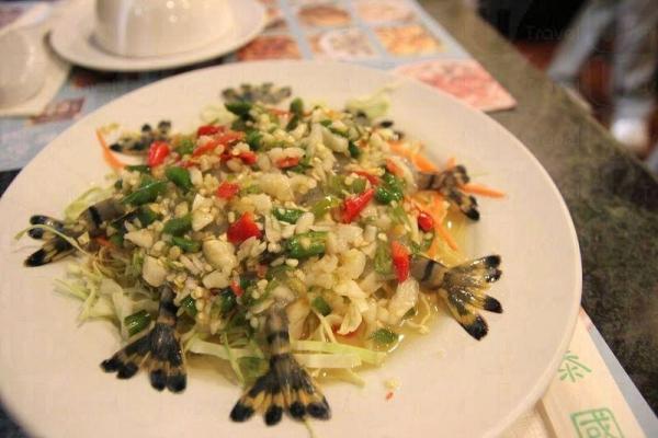 活蝦刺身鋪滿辣椒和蒜碎,伴以酸甜微辣的醬汁,是菜館最有名的菜式。