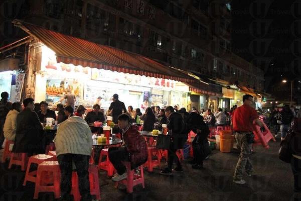 元朗金輝徑總是人頭湧湧,因為有不少出名的街坊食店。