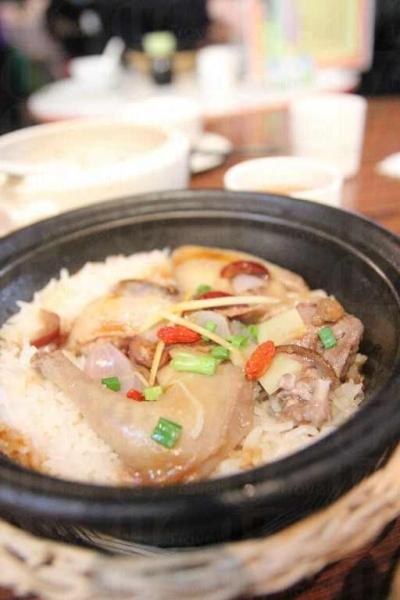 胡老闆特別訂造一批鑄鐵鍋,配以高溫電爐煮煲仔飯。