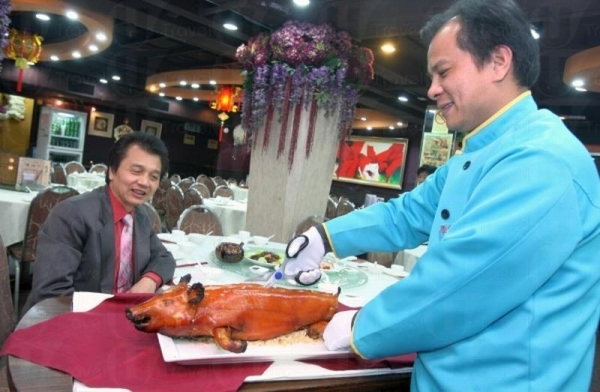 燒好的乳豬會原隻上桌,職員當場為食客切開,熱騰騰倍添滋味。