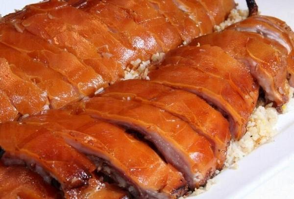 炒飯吸收了乳豬內的精華,香味四溢。