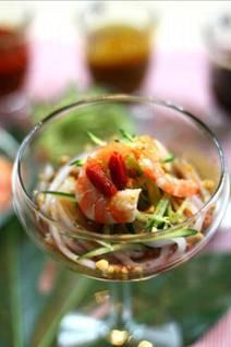 全新星級菜式 — 涼拌海鮮酸辣粉。