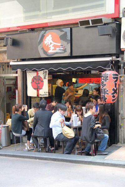 豚王的裝潢和風,再聽著煮麵師傅的日語口號,讓人有置身於東瀛之感。