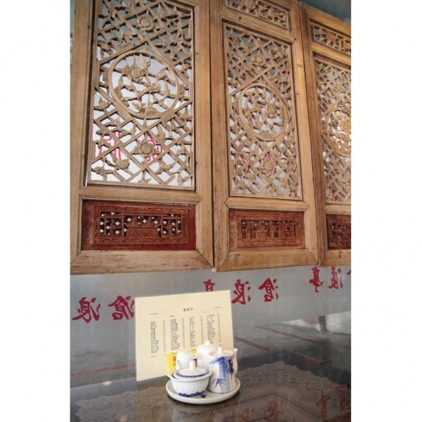 店內一隅的透雕花鳥木窗花,別具中國彷古氣質。