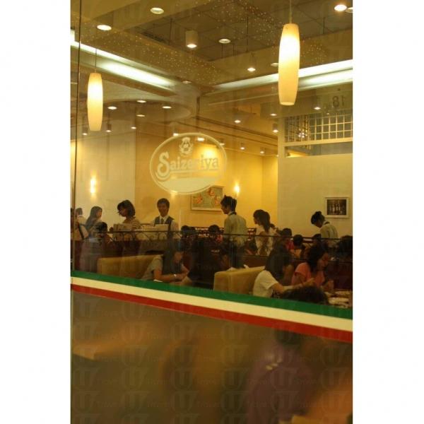 薩莉亞餐廳的意大利菜價錢甚為平民化,難怪食客接踵而至,客如輪轉。