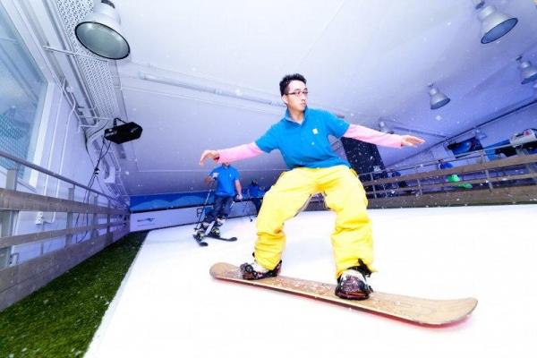 在斜坡上滑雪板。