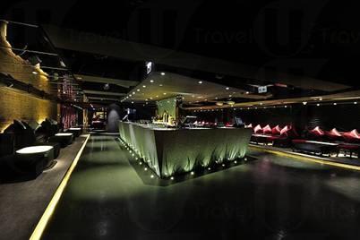 Tonno Club 的島形吧檯,流露出地中海的摩洛哥風情。(相片來源:The Tonno)