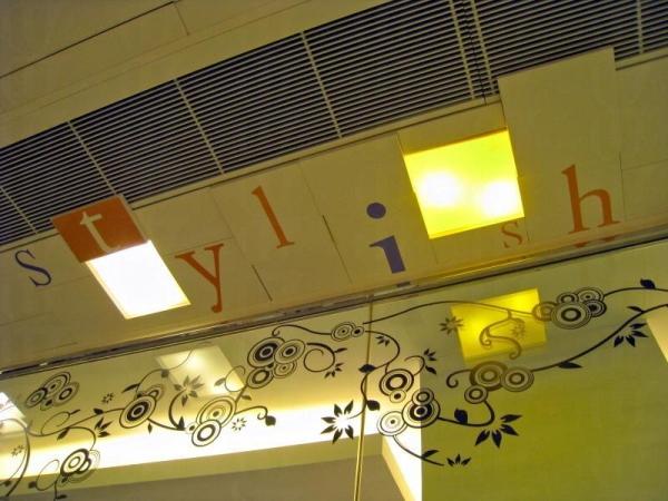 東港城商場通道天花板運用白、橙、紫三色文字設計