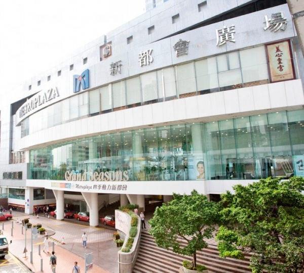 新都會廣場鄰近港鐵葵芳站,附近又有小巴、巴士總站,交通十分便利。