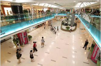 黃埔新天地有超過 300 多間商舖,是全港最大型的購物、美食及娛樂中心之一。