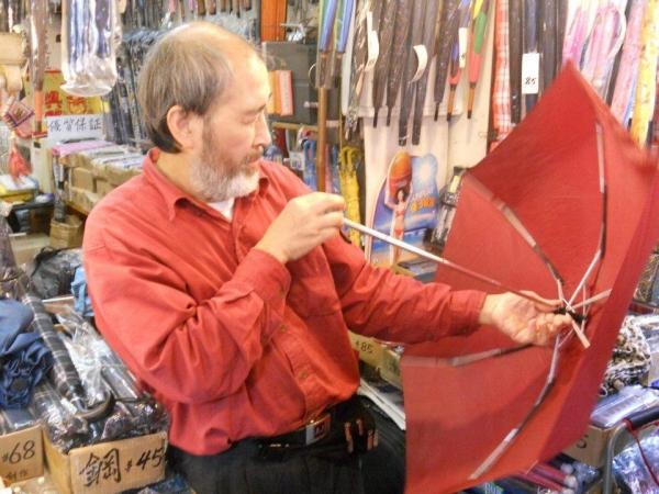 店舖提供修補雨傘服務,傘骨修理費用廿元起。(網上圖片)
