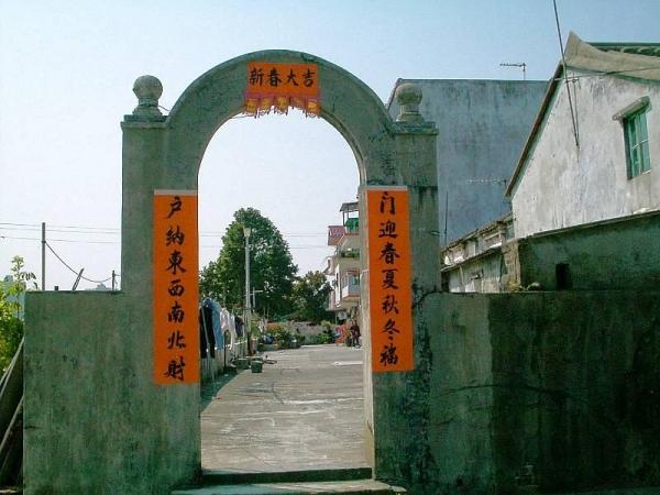 小坑村位於粉嶺龍躍頭新圍西北面,約於200年前建立,為龍躍頭「五圍六村」之一。