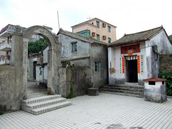 小坑村村口的拱門及福德祠。