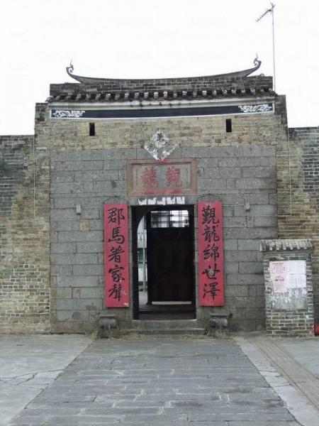 新圍是龍躍頭鄧族聚居的圍村,為龍躍頭「五圍六村」之一。