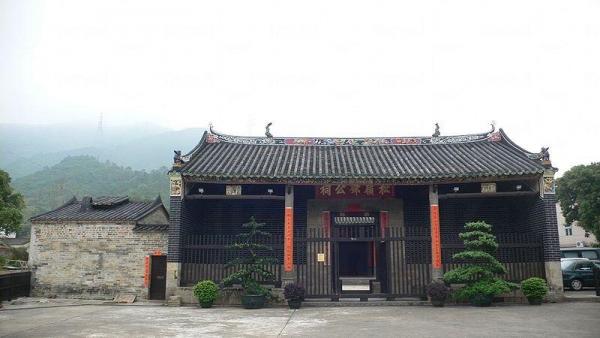 松嶺鄧公祠是香港最重要及規模最宏大的祠堂之一,於 1997 年 11 月 7 日被列為法定古蹟。