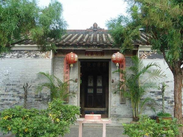 洪聖宮座由屏山鄧族所建,至今已有逾200年歷史。