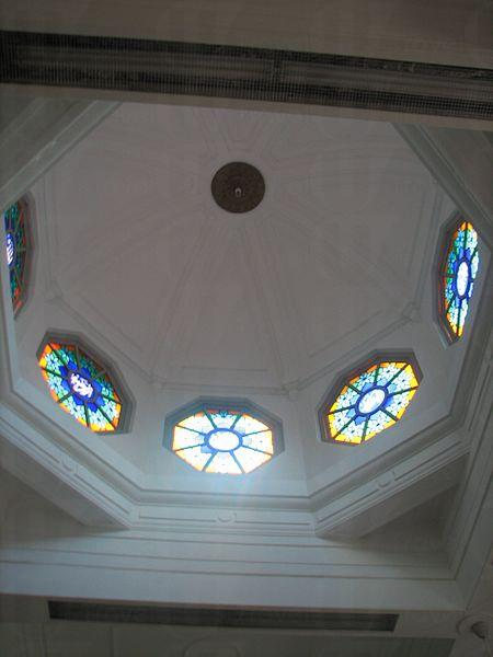 寺內拱頂及彩色玻璃。