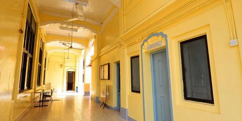 位於跑馬地的印度廟屬三層式北印度建築風格,建於 1852 年。