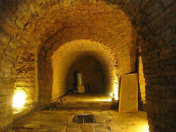 墓室並不對外開放,但參觀者可透過裝嵌在羨道門口的玻璃牆窺探墓室內部。