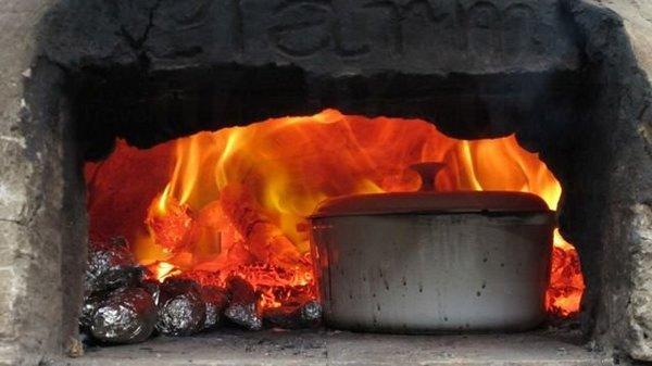 用土窯來烤焗食物,風味十足。