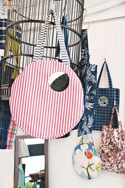 與同為手工藝品店的Soil 的Crossover作品以布袋為主,大玩結合新設計和傳統花紋布匹。