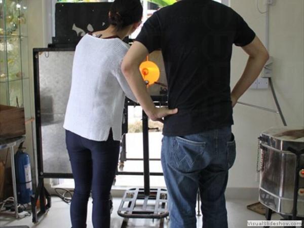 教授由窯燒、鑲嵌、燒製,至熱工吹製等工藝