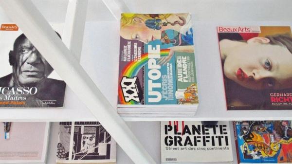 設有書架展示各種藝術書籍。