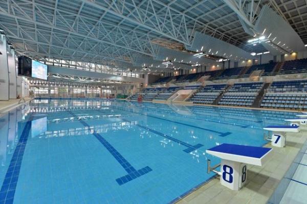 觀塘游泳池內設有一個五十米乘二十五米的室內暖水主池,並備有可容納一千五百個座位的觀眾看台,適合舉辦游泳賽事。