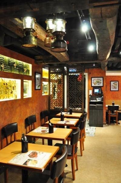 Old Town 餐廳放置古老置設,像仿煤氣燈的裝飾及木製屏風等,甚有南洋風味 (網上圖片)