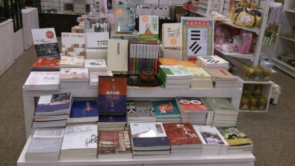 中華書局「慢讀時光」概念店內還有線裝書、鑑賞石及毛筆等少見精品