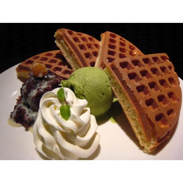 咖啡弄熱賣的食品是厚底WAFFLE,即叫即製,份量大之餘又充滿蛋香,入口香脆,同時可配不同口味的雪糕和果醬(網上圖片)