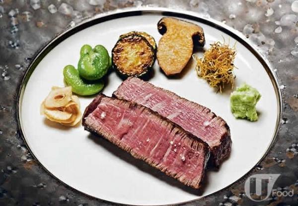 A5 級飛驒和牛軟滑多汁還有炭香,蘸牛肉汁吃,原汁原味。