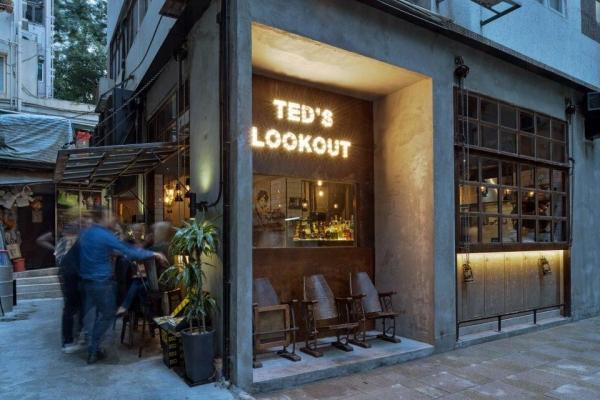小店門口以舊式戲院的金屬椅子襯水泥牆,既搶眼又懷舊有型