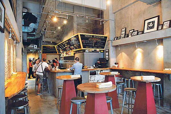 新店有近40個座位,全部都是高身酒吧枱椅,晚上客人圍着邊飲邊食,好熱鬧。