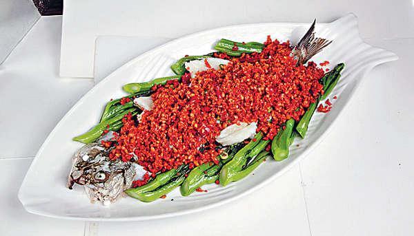 原條豆酥魚 $128黃豆跟花椒、八角同蒸一個多小時,每口也香郁鬆脆。
