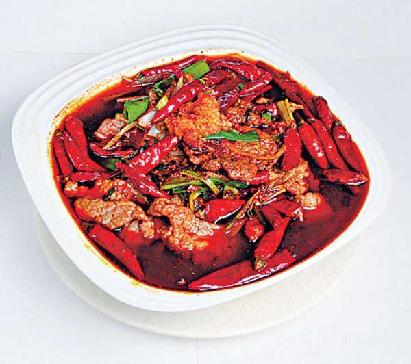 水煮牛肉 $78將料頭及醬料爆香,然後加入豆瓣醬及水煮醬汁,牛肉略煮已是辣味滿滿。