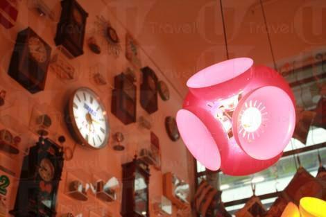 懷舊時鐘與豬肉檔紅罩燈。(關璇攝)