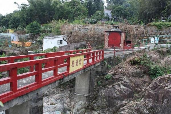 在雲連橋上可見到溪澗上船廟全貌,有如真船航行。