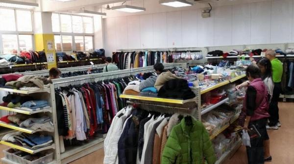 可見家品店內擺賣著大量二手衣物。