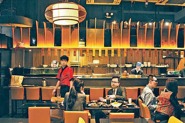 長長的吧枱可以睇住師傅炮製菜式,坐壽司枱更可即時點選時令海鮮。