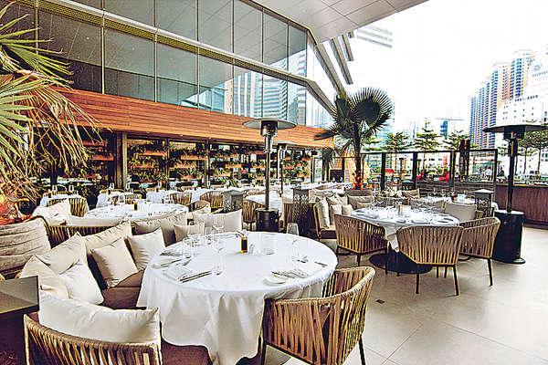 餐廳設在商場露天平台,環境開揚,以淺啡色調加上大量植物布置,氣氛自然舒適。