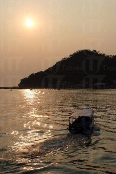 在長堤看日落,煞是浪漫。
