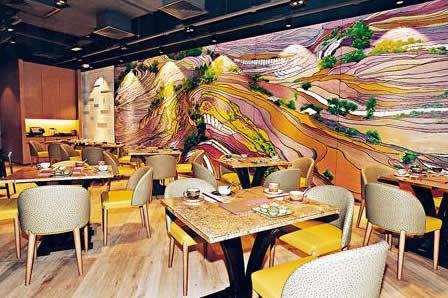 一邊牆上有以四川梯田做主題的現代畫,色彩豐富甚有型格。