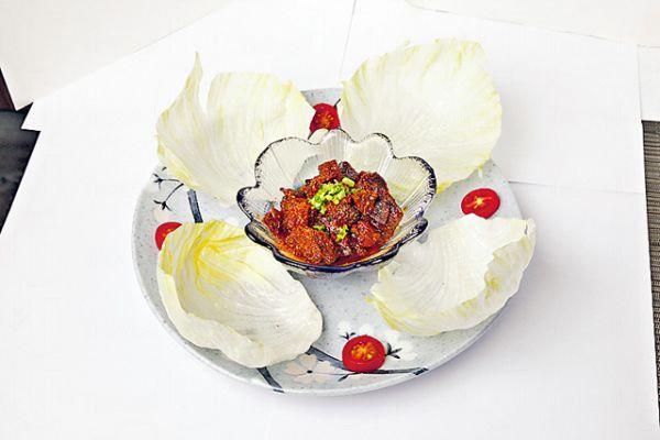 七味牛肉菜包($88):靈感來自生菜包,只是肉碎改用日本和牛及美國肉眼,伴以濃香的麵豉醬,包入爽脆的生菜中和膩感。