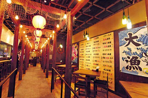 餐廳以傳統日式燈籠、酒瓶電燈及魚網作裝飾,甚具小港漁港簡樸風味。