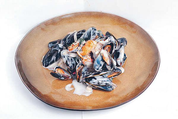 【椰汁白汁煮青口 $138】法國Bouchot Mussels飽滿鮮甜,加入椰奶、香茅及青檸汁等煮。