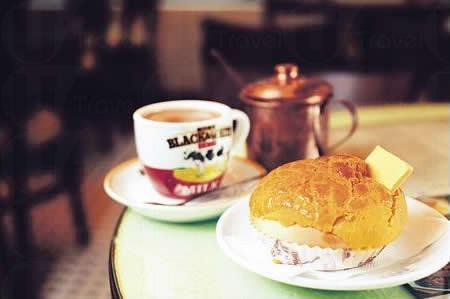 菠蘿油茶餐($19):鬆軟的菠蘿包夾着厚牛油,加多杯以舊配方沖調的奶茶,完美的下午茶。